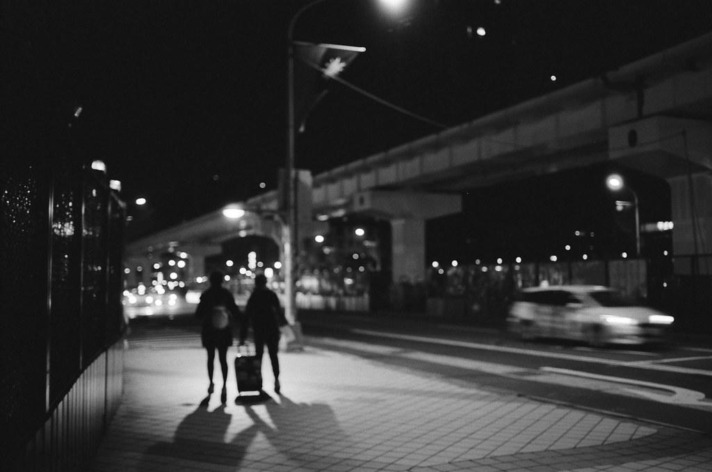不是沒有家可以回,只是流浪讓我有想家的感覺 / Kodak 400TX / Nikon FM2 2016/01/02 送我妹到板橋客運站搭車回高雄後,我自己裝了一捲黑白底片在板橋客運站、火車站走走拍拍。  沒有人的車站總是會讓我想起在日本流浪的時候,看到合適的角落就想要把包包放下來打地鋪準備睡覺。  不是沒有家可以回,只是流浪讓我有想家的感覺、讓我有學著自己長大的感覺。  Nikon FM2 Nikon AI AF Nikkor 35mm F/2D Kodak TRI-X 400 / 400TX 6289-0004 Photo by Toomore