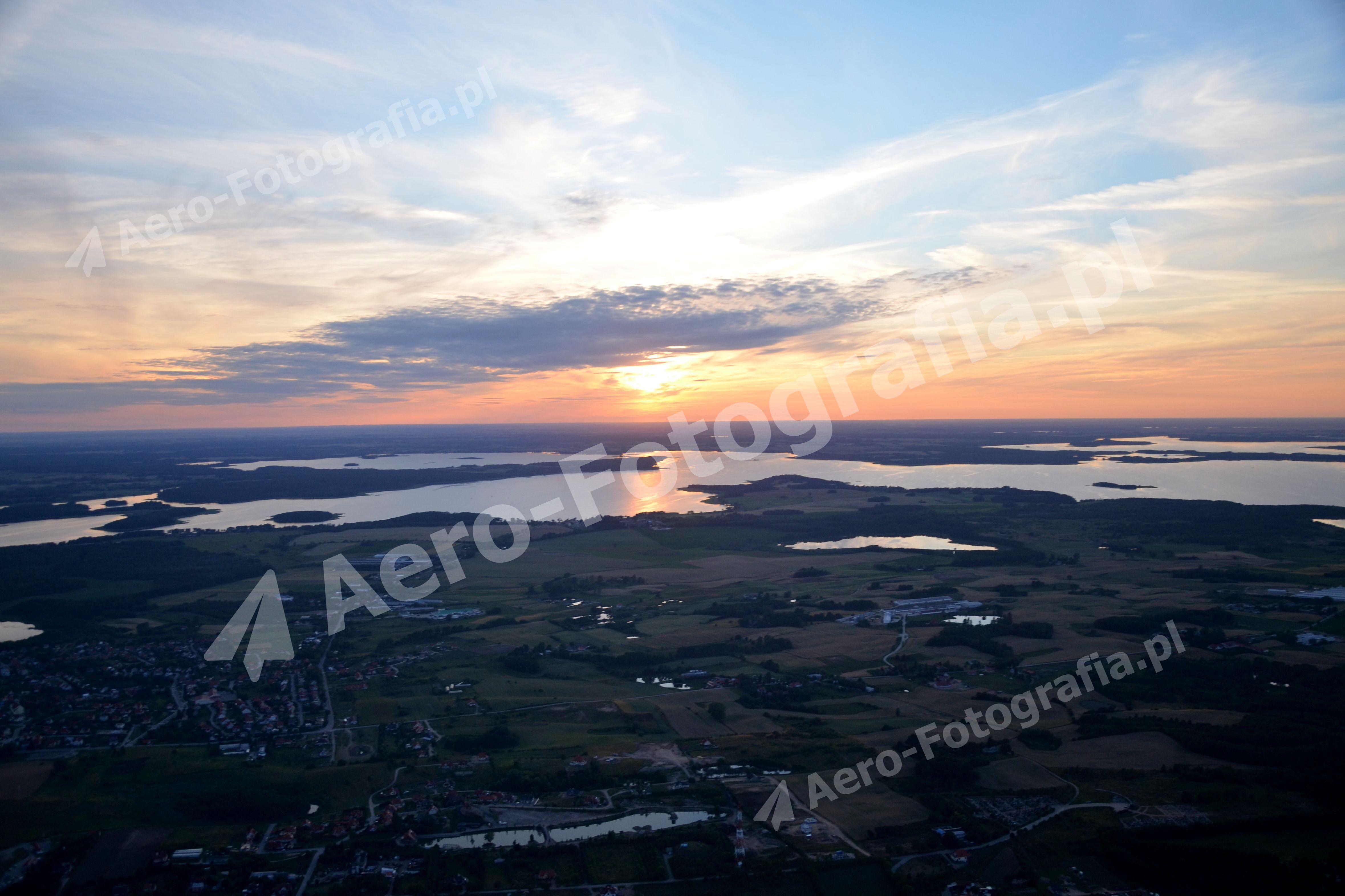 Niebo w kolorach zachodu słońca, nad mazurskimi jeziorami.