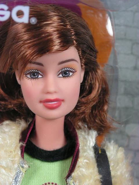 2004 Barbie Fashion Fever Teresa H0666 (1)
