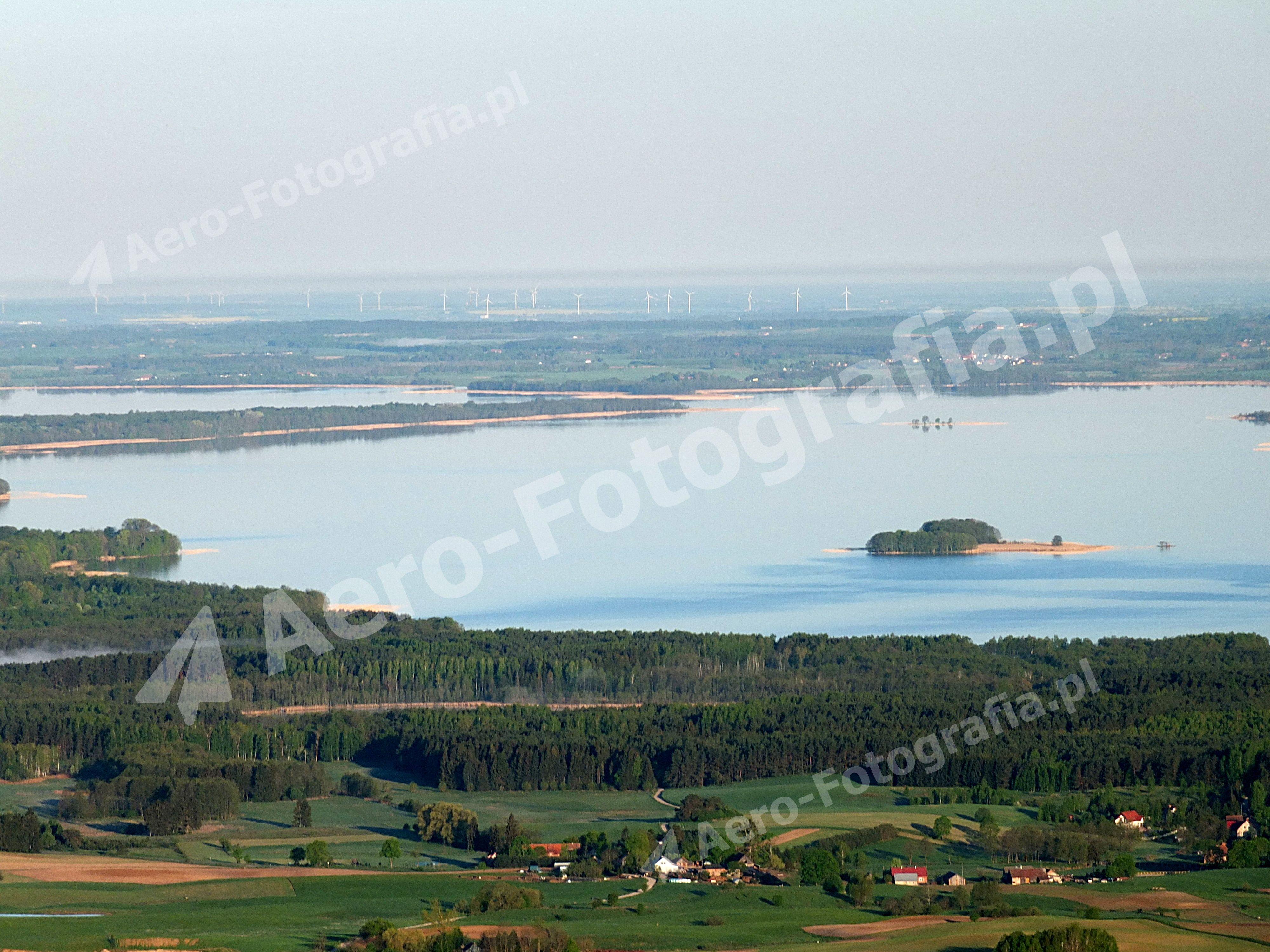 W oddali pas wiatraków postawionych między Kętrzynem a Bartoszycami.