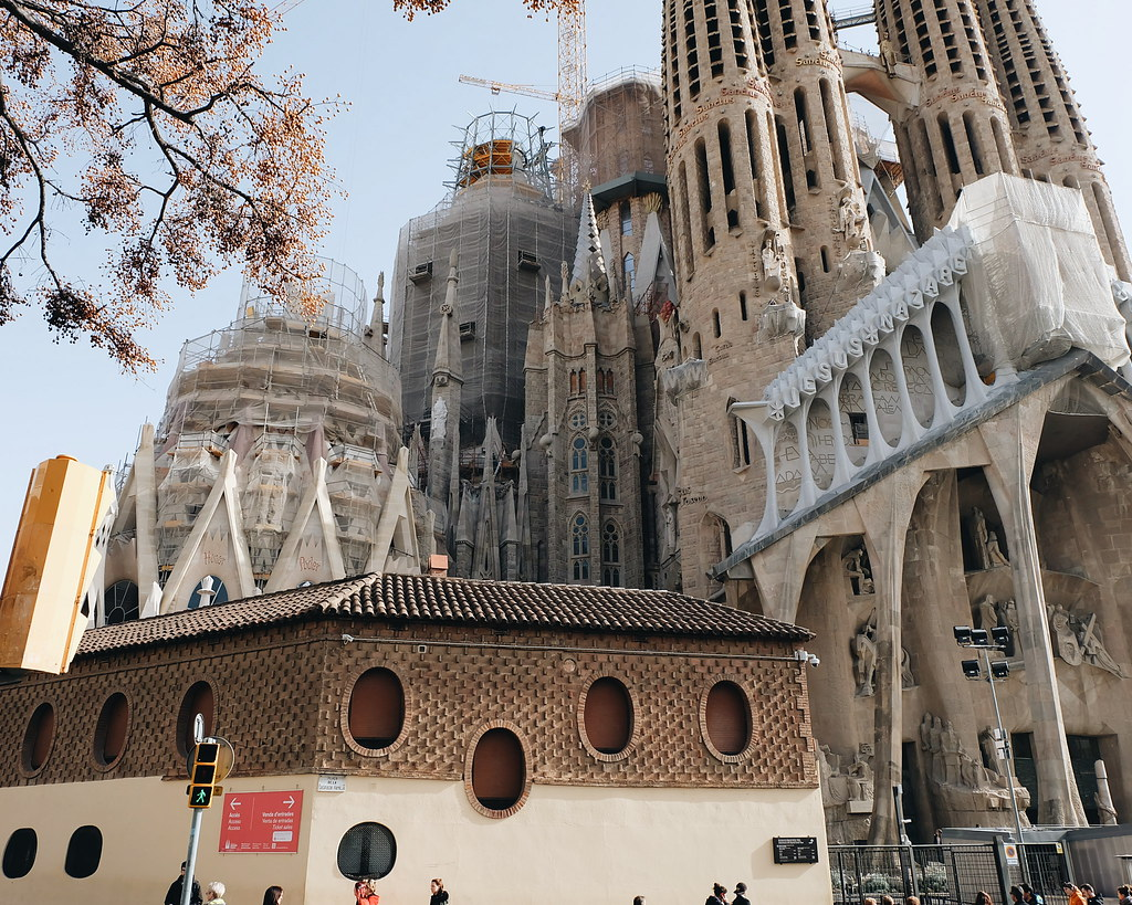 gaudi tour go car barcelona