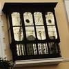 Casa de las Conchas, plaza del Gran Teatro de Huelva. Huelva tiene rincones. Bonito reflejo de la fachada del Gran Teatro.