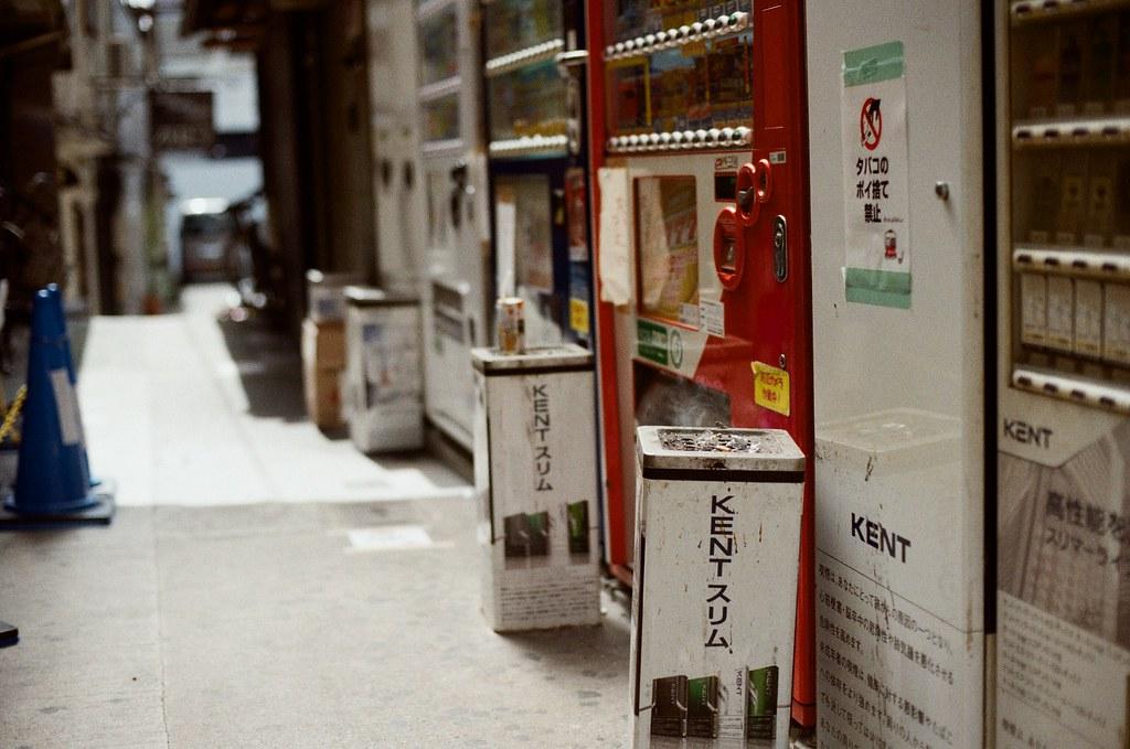 祇園四条 / Kodak ColorPlus / Nikon FM2 2015/09/27 在準備前往白川通的路上先去寺町通,那時候我記得天氣很好,前一天晚上還在下雨。  我記得我走了一段路,一路上有暖暖的陽光,慢慢的邊走邊拍。  現在想想,京都很適合悠閒的生活。  Nikon FM2 Nikon AI Nikkor 50mm f/1.4S Kodak ColorPlus ISO200 0985-0022 Photo by Toomore