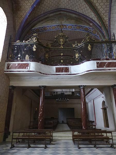 "dans l""église de l'abbaye"