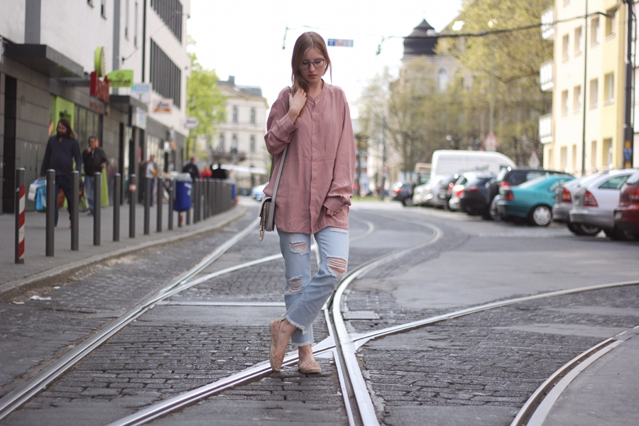 outfit guess glasses frankfurt spring look soft pink jeans city mondodellamoda