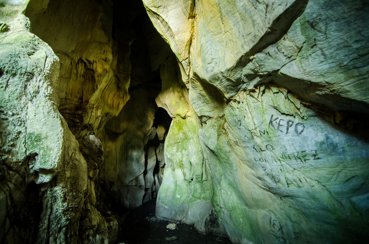 En la entrada de la caverna de 14 de Julio, en la localidad de Tres Cerros, pueden verse algunas escrituras dejadas por anteriores visitantes. Los coordinadores de las excursiones y las autoridades de la localidad hacen mucho esfuerzo para concienciar a los visitantes acerca del cuidado y la preservación de estos tesoros naturales. (Elton Núñez)