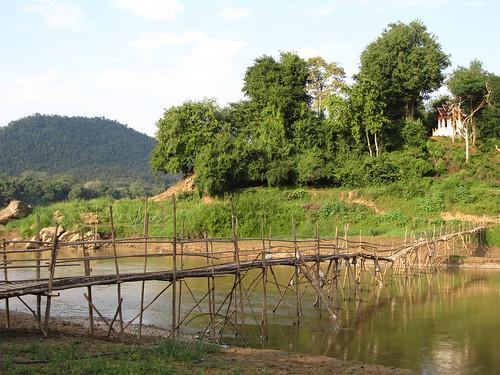 Luang Prabang: la rivière Nam Khan et un autre de ses ponts en bambou
