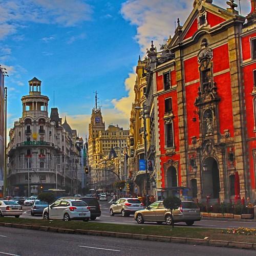 La Gran Vía de Madrid es una de esas calles por las que pasarás inevitablemente para ir de compras, de teatros o musicales, al cine o simplemente a observar la fauna urbana... Si Madrid no descansa, esta calle menos todavía. Mira los escaparates pero no t