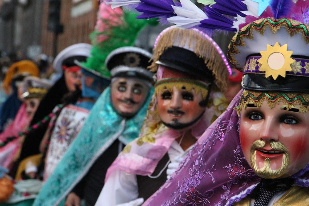 Los danzantes bailan por las principales calles de la ciudad