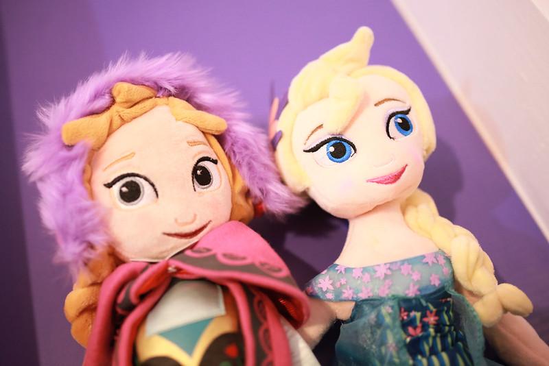 當初就是被這對艾莎和安娜娃娃燒到的,這是長大版。