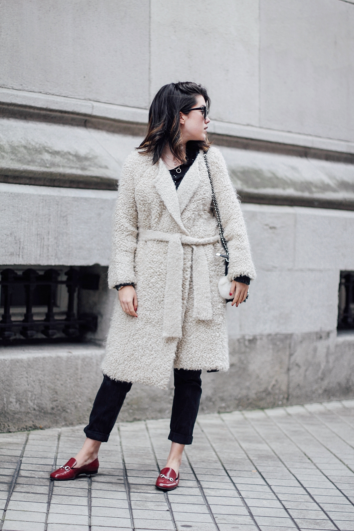 Beige_Cardigan_Uterqüe_cocodrile_black_shoulder_bag_zara_gucci_red_loafers_streetstyle