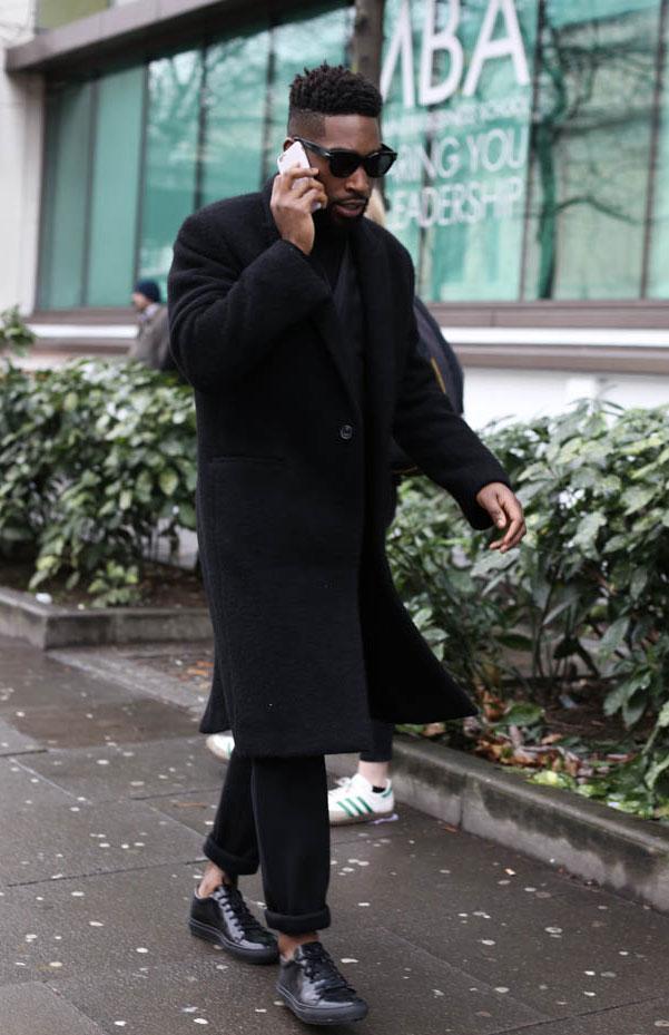 黒ロングコート×黒パンツ×黒レザースニーカー