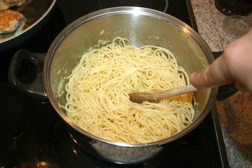 31 - Spaghetti durchschwenken / Mix spaghetti