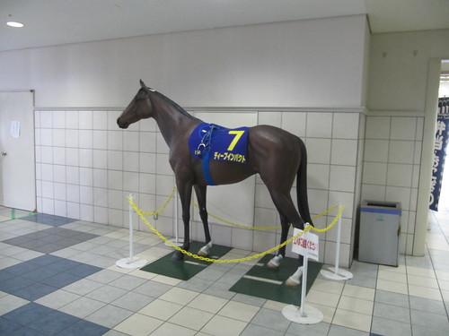京都競馬場にあるディープインパクト像