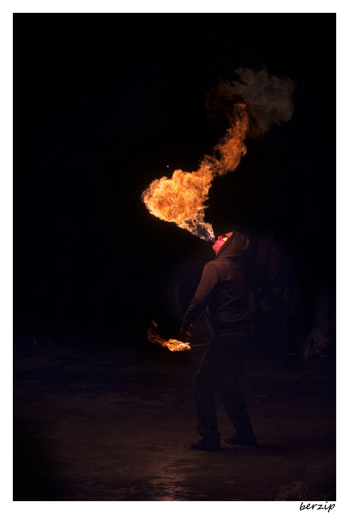 jongleurs et cracheurs de feu 24511047362_6075ee9b11_o