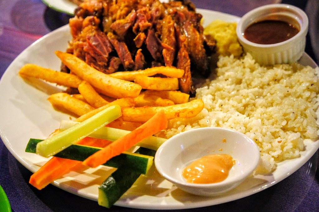 香烤德國豬腳,除了主餐的帶骨豬腳外,還有炒過的飯(很香!單獨吃就不錯吃!)和薯條與沙拉...