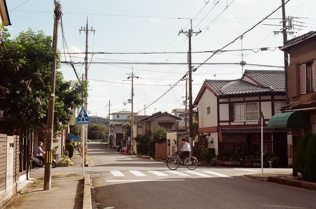 白川通 Kyoto / Kodak ColorPlus / Nikon FM2 2015/09/27 來到了白川通這邊的住宅區裡,那時候真的沒想什麼,因為下午的街道很安靜,我就在這裡隨意走、隨意拍,不看地圖,反正沒有很趕著要到哪裡,京都就這麼大,就算迷了路,也跑不到多遠去。  在一個路口停留了一下,因為發現了一些很可愛的景象,一個路口有滑板少年經過、騎腳踏車的男子、長髮豪邁的阿伯還有電動代步車的阿桑!  這個社區的下午真的有點可愛!  我記得我在這裡悠閒的拍完一捲底片!  Nikon FM2 Nikon AI Nikkor 50mm f/1.4S Kodak ColorPlus ISO200 0986-0036 Photo by Toomore