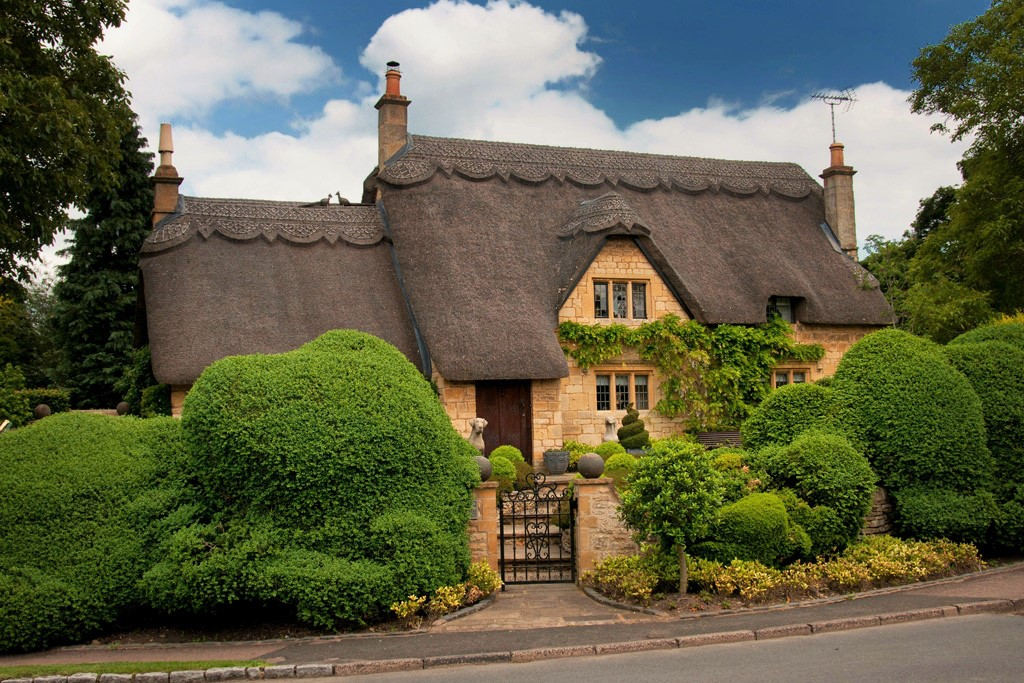 Thatched Cottage on The Cotswolds, Gloucestershire. Credit p&p