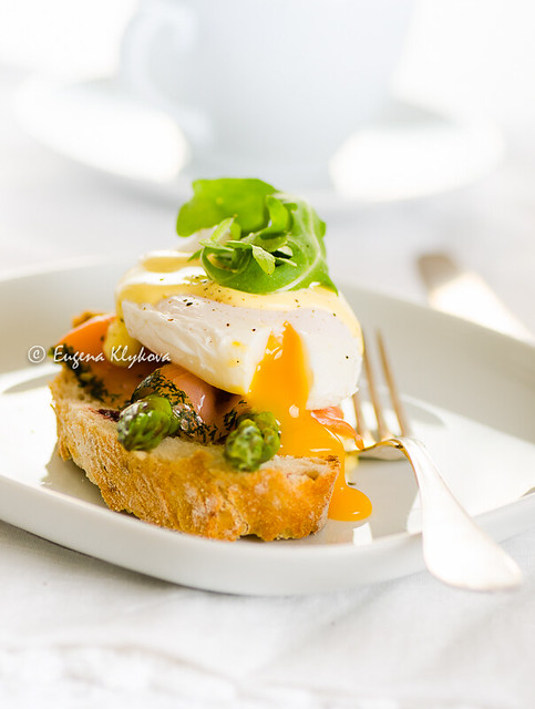 Poached egg on toast with cured salmon and asparagus