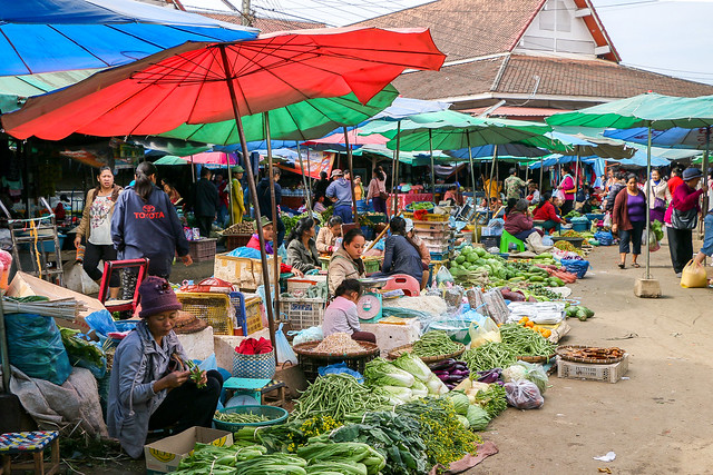Open air vegetable shops in Talat Phosi market, Luang Prabang, Laos ルアンパバーン、タラート・ポーシー市場の野菜コーナー