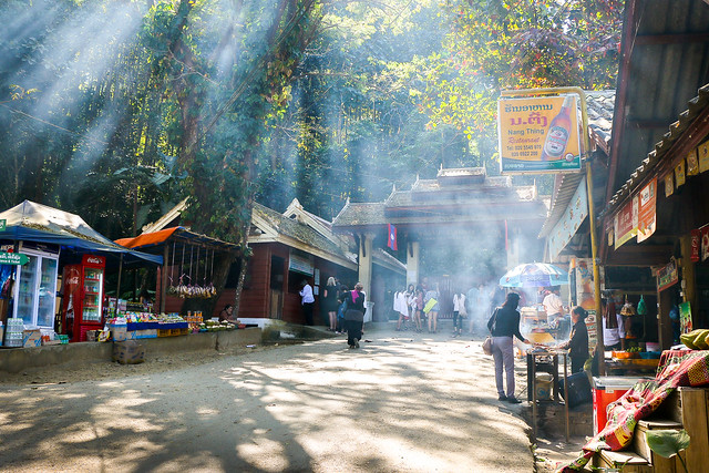 Touristic street heads to Kuang Si Falls, near Luang Prabang, Laos ルアンパバーン郊外のクアンシーの滝への道