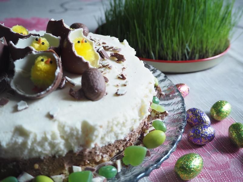 kinderjuustokakku12,kinderjuustokakku14, kinder kakku, kinder cake, kinderjuustokakku, kinder cheese cake, recipe, resepti, miten tehdä, koristeet, tiput, chicks, decoration, baking the cake, dessert, jälkiruoka, ruoka, food, easter, pääsiäinen, ohje, kinder, suklaa, valkosuklaa, maitosuklaa, white chocolate, milk chocolate, cake, kakku, kakkauohje, cake recipe, kinder pääsiäismunat, keltaiset pääsiäistiput, vihreät karkit, pääsiäisruoho,