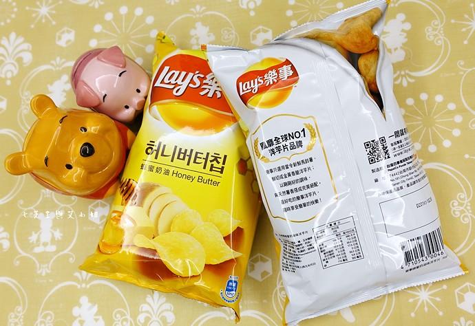 1 樂事 Lay's 蜂蜜奶油洋芋片,鹹鹹酸酸甜甜,一開就樂吃不疲的涮嘴好滋味!