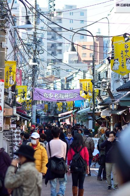 混雑する谷中銀座商店街の写真