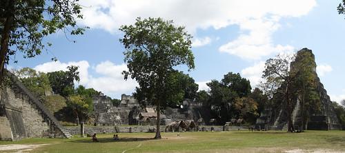 Tikal: la Grand Place avec le Temple du Grand Jaguar (droite), l'Acropole Nord (centre) et le Temple des Masques (gauche)