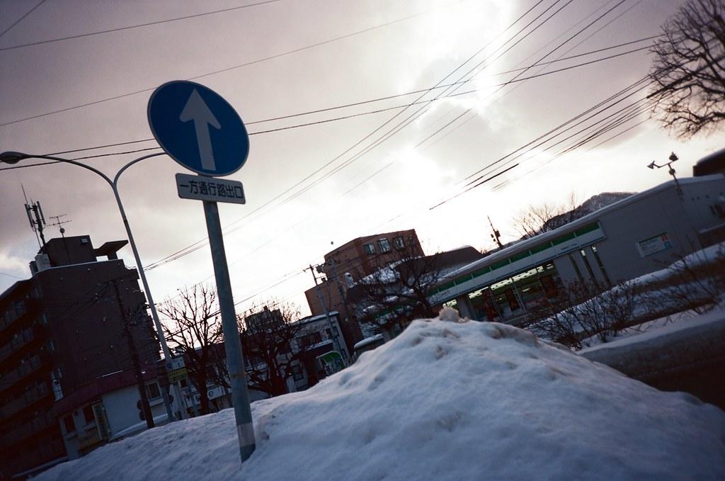 學園前 札幌 北海道 Sapporo, Japan / Kodak Pro Ektar / Lomo LC-A+ 雪,我第一次看到雪,很冷,很冰,軟綿綿。  好奇雪有多綿,我就把手掌壓入雪堆,但沒多久一陣刺痛,想甩掉手上的雪卻甩不掉。  手掌刺痛著,心裡想念的也刺痛著。  Lomo LC-A+ Kodak Pro Ektar 100 8267-0010 2016-01-31 ~ 2016-02-02 Photo by Toomore