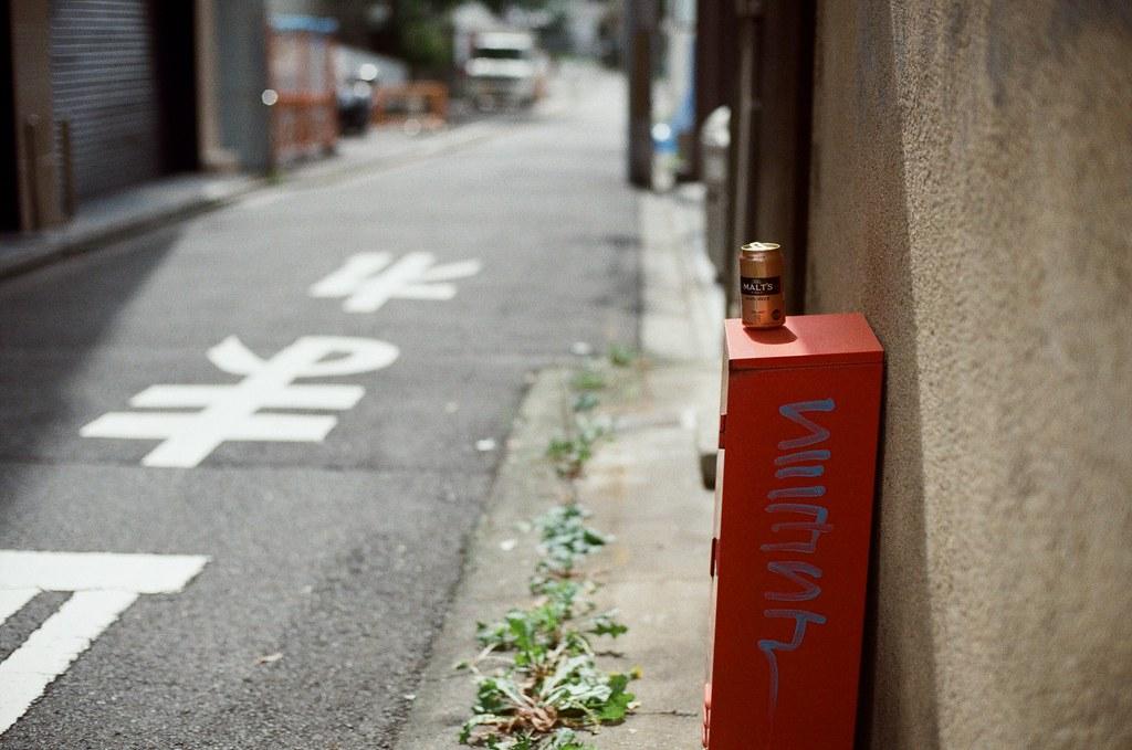 祇園四条 / Kodak ColorPlus / Nikon FM2 2015/09/27 在準備前往白川通的路上先去寺町通,那時候我記得天氣很好,前一天晚上還在下雨。  我記得我走了一段路,一路上有暖暖的陽光,慢慢的邊走邊拍。  現在想想,京都很適合悠閒的生活。  Nikon FM2 Nikon AI Nikkor 50mm f/1.4S Kodak ColorPlus ISO200 0985-0018 Photo by Toomore