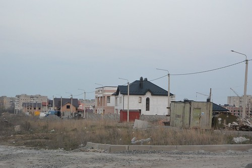 Люди на болоті: біля добротних котеджів— ні тротуарів, ні доріг