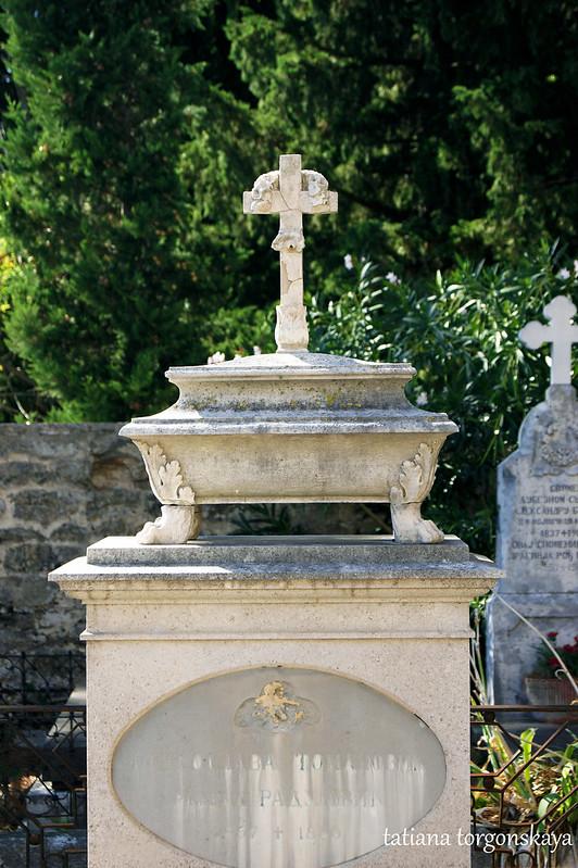 Памятник на кладбище Савина