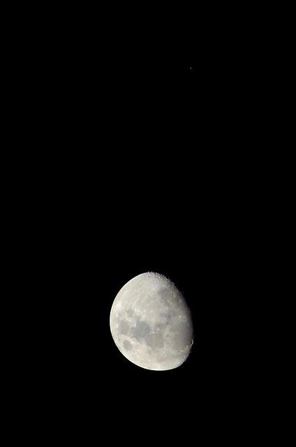 La Luna y la estrella roja Aldebarán