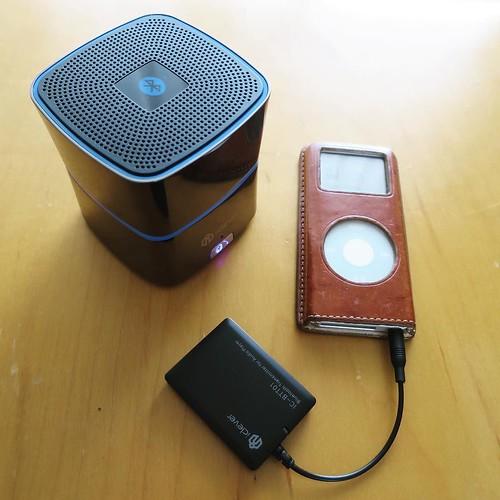 で、このBluetooth 非対応の古いiPod nanoにトランスミッターを付けて、スピーカーに音を飛ばす、と。そんな遊び。