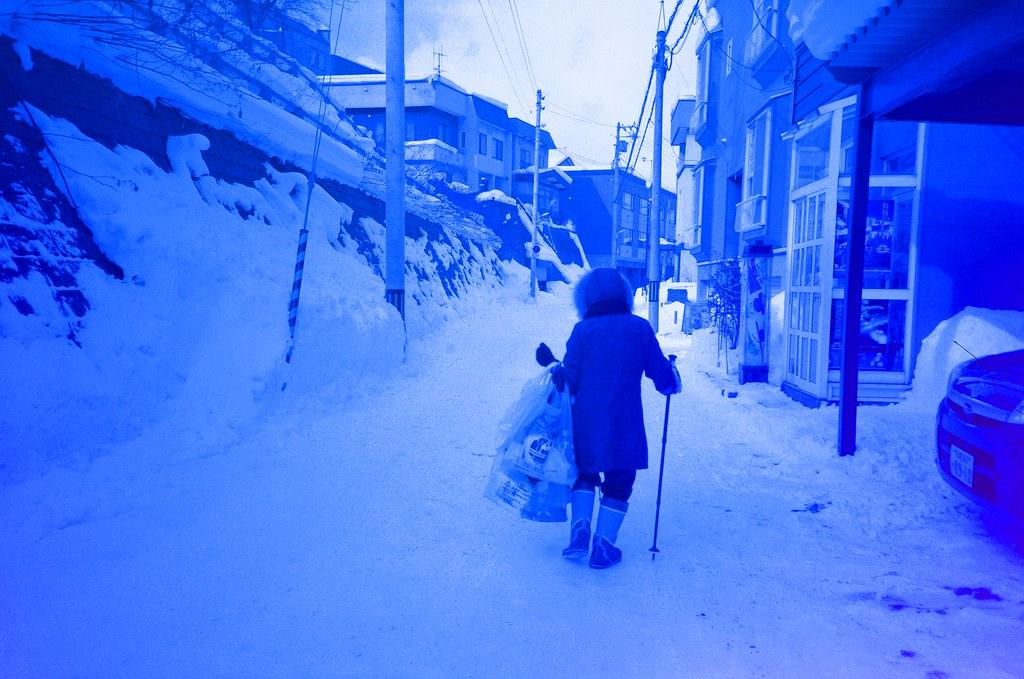 小樽 天狗山 Otaru Japan / Revolog Kolor / Lomo LC-A+ 2016/02/03 一路走上去小樽天狗山,我只記得好冷好冷。  天狗山是一個滑雪場,我看著滑雪道好陡,我好害怕雪突然鬆掉我就滾下去搭纜車上來的地方。  想要拍夜景,但外面真的好冷,我就又躲回去遊客中心等天黑,本來想要喝熱的咖啡牛奶,結果按成冰的!  站在屋頂上拍照,那時候突然雪越下越大,有點不知道自己為什麼又跑來很遠的地方,然後看著遠方大哭!  走回纜車的路上迎面而來的雪好冰,在我臉上一下子就融化了,這時才發現,在這麼冷的地方哭,臉上的眼淚是不會結冰的。  Lomo LC-A+ Revolog Kolor 8270-0014 Photo by Toomore