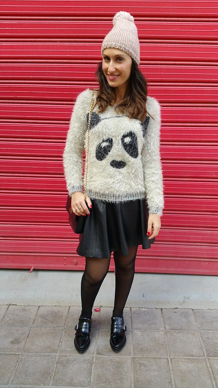 Casual, jersey peludito de oso panda, falda de vuelo de polipiel negra, oxford negros, bandolera de piel negra, gorrito pompón rosa palo, panda sweater, black faux leather skirt, black oxford shoes, black leather shoulder bag, pale pink hat pompom, Berskha, Zara, H&M, The Code, Aristocrazy