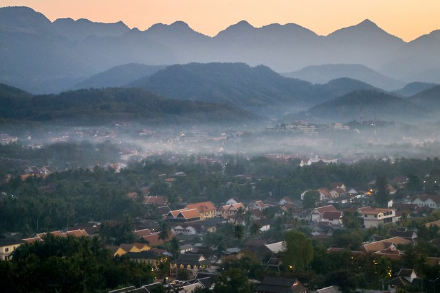 View from Mount Phou si after sunset, Luang Prabang, Laos ルアンパバーン、プーシーの丘から見た日の入り後のルアンパバーンの町