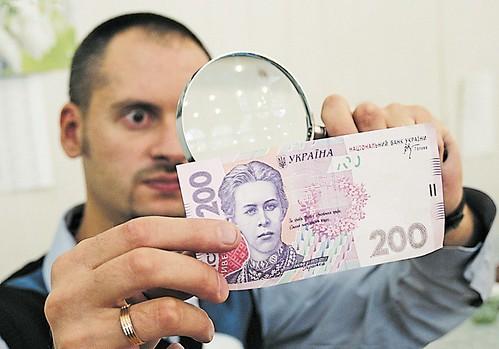 Скільки фальшивих грошей в Україні
