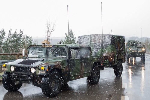 M998 HMMWV (High Mobility Multipurpose Wheeled Vehicle) und M1102 HMT (High Mobility Trailer)