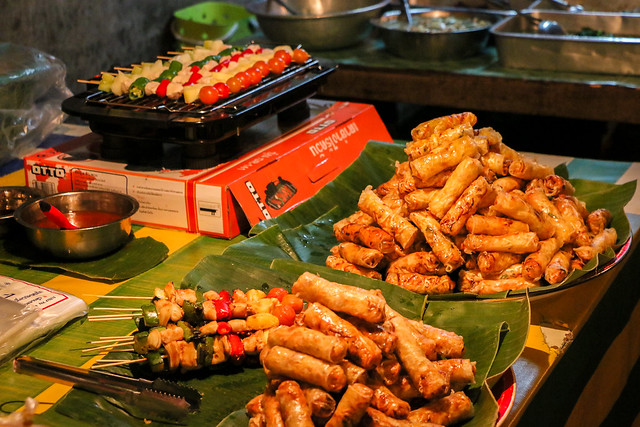 Spring rolls and spit-roasted chickens, Luang Prabang, laos ルアンパバーン夜市、食堂の春巻きと焼き鳥