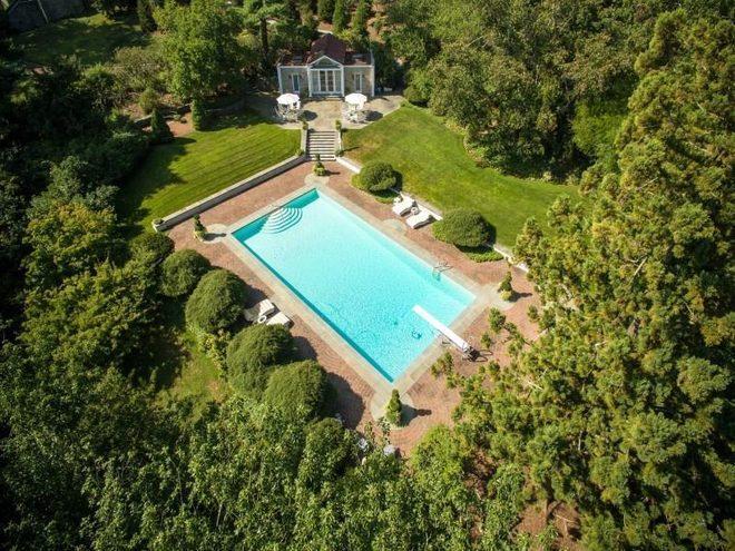 Плавательный бассейн на участке самого дорогого дома