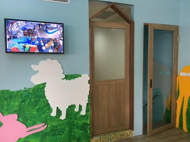 另一邊的用餐區也有一樓的CCTV可以看;樓梯間有門,可以防止學步期小孩忽然跑到樓梯口自己下樓@Young Lion 親子餐廳,高雄三民區
