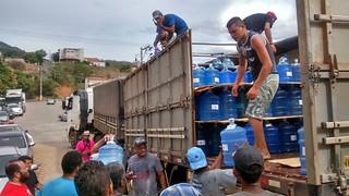 Ação Humanitária - Mãos que AMMA - Doação de 500 Galões de água para Governadores Valadares