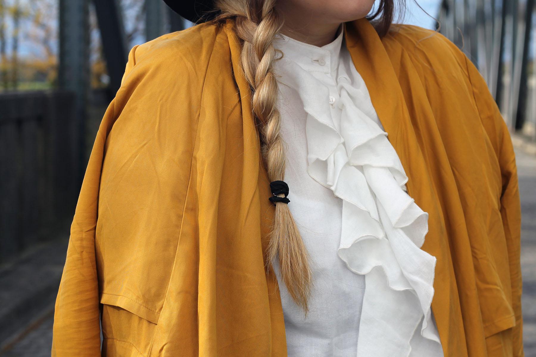 outfit-modeblog-bluse-rüschen-trend-gelber-mantel