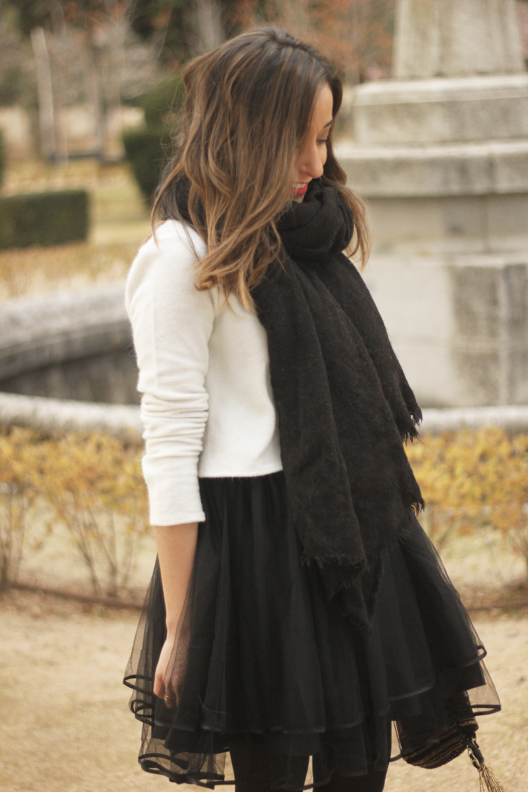 black tulle skirt white sweater black scarf outfit heels03