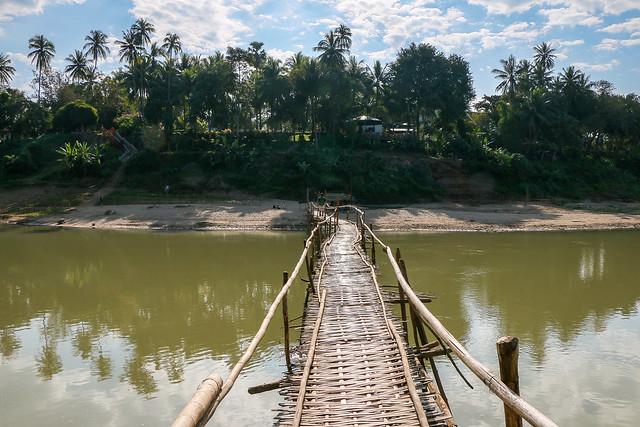 Bamboo bridge over the Nam Khan River, Luang Prabang, laos ルアンパバーン、ナムカーン川にかかる竹の橋