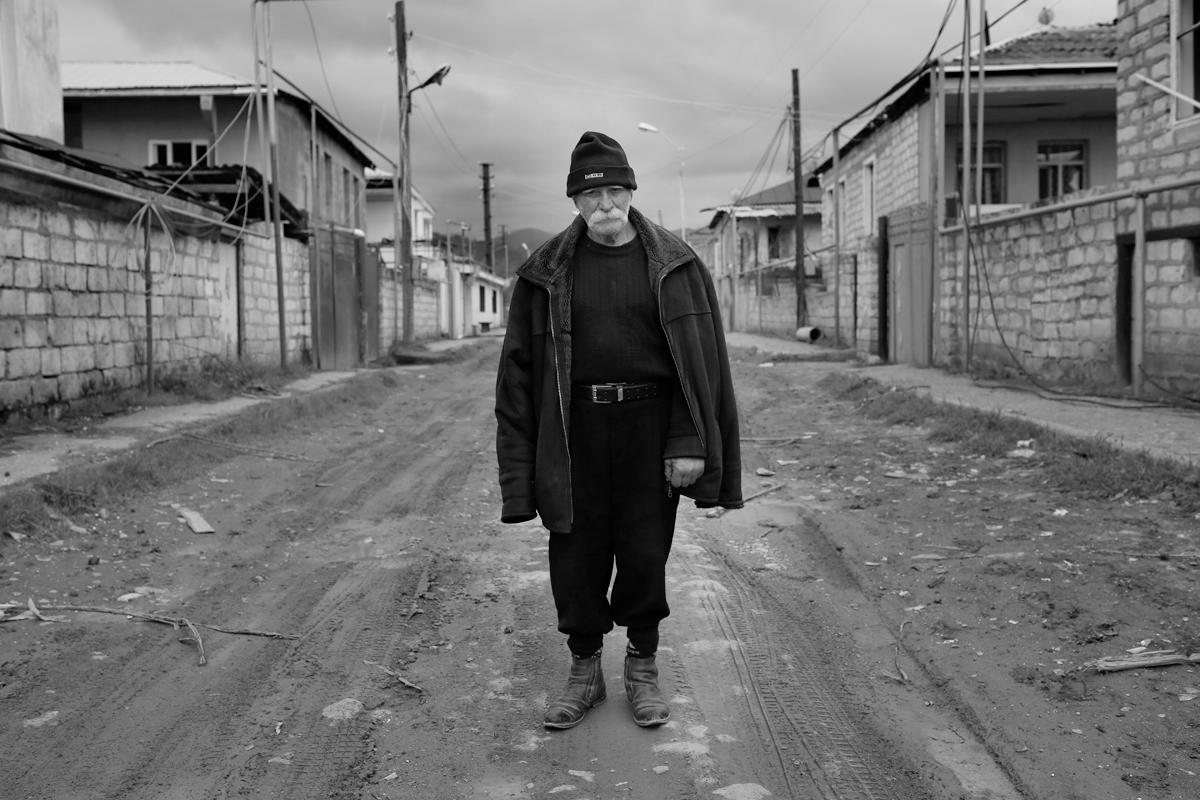 92-ամյա Վաղո Բեգլարյանը կանգնած է հրետակոծված տների մոտ Մարտակերտի փողոցներից մեկում, Արցախ, 04.04.2016<br> (© PAN Photo / Vahan Stepanyan)