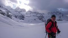 Piotr na lodowcu Vedretta di Scerscen. W tle Piz Argient.