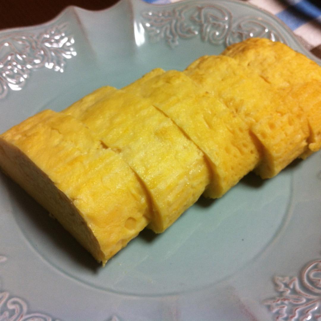 きれいな黄色の出汁巻きたまごが出来てた。 味はここんとこいつも完璧。